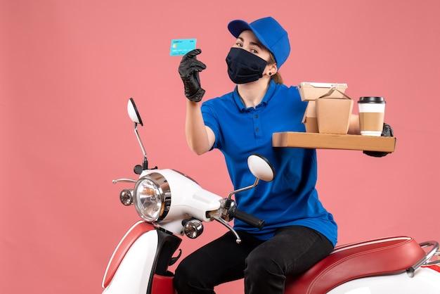 Vooraanzicht vrouwelijke koerier in masker met voedsellevering op roze