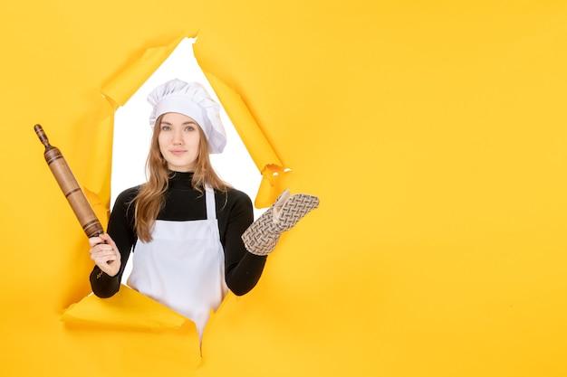 Vooraanzicht vrouwelijke kok met deegroller op gele foto keuken baan kleur keuken eten zon