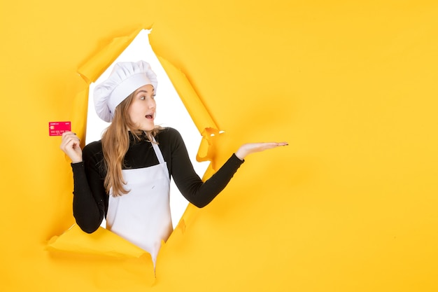 Vooraanzicht vrouwelijke kok met rode bankkaart op gele kleur baan foto voedsel keuken keuken emotie