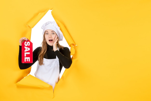 Vooraanzicht vrouwelijke kok met rode verkoop schrijven op de gele kleur baan keuken emotie eten foto keuken