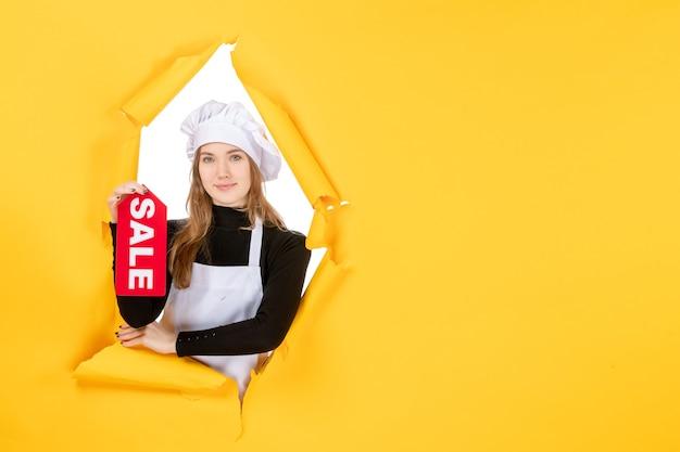 Vooraanzicht vrouwelijke kok met rode verkoop schrijven op gele geld baan foto keuken keuken emotie eten