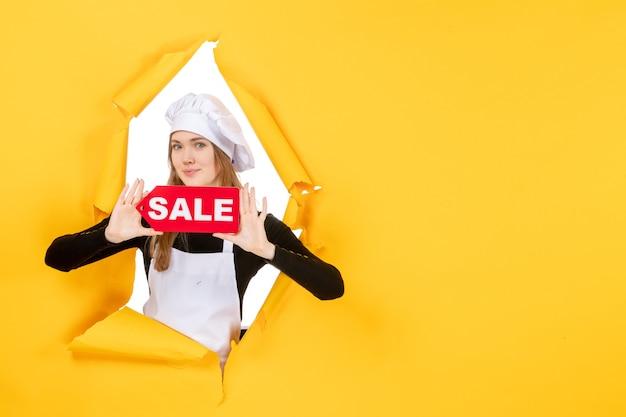 Vooraanzicht vrouwelijke kok met rode verkoop schrijven op gele geld kleur baan foto keuken keuken emoties eten