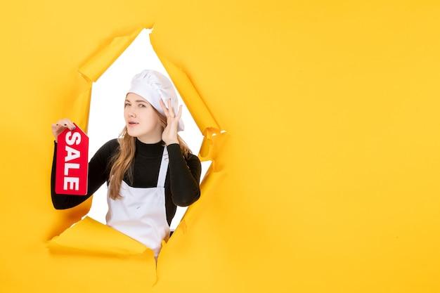 Vooraanzicht vrouwelijke kok met rode verkoop schrijven op gele kleur baan keuken emoties voedsel foto keuken