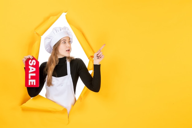 Vooraanzicht vrouwelijke kok met rode verkoop schrijven op gele kleur baan keuken keuken emotie eten foto