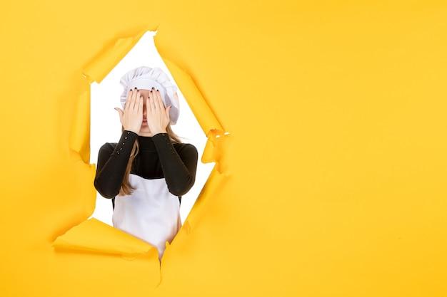 Vooraanzicht vrouwelijke kok op geel eten zon emotie keuken fotopapier keuken baankleur