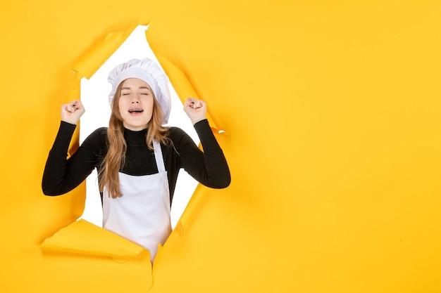Vooraanzicht vrouwelijke kok op gele emotie kleur papier baan zon voedsel foto