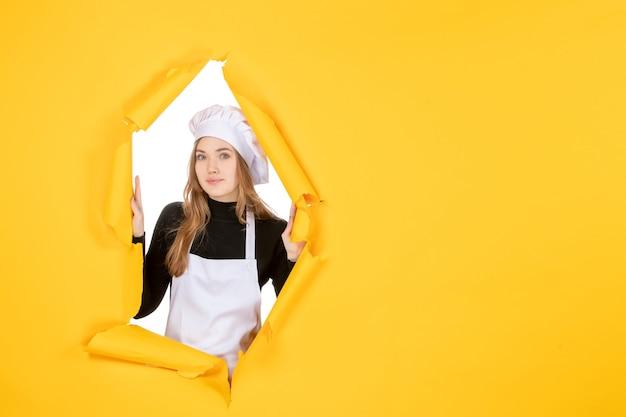 Vooraanzicht vrouwelijke kok op gele kleur zon foto keuken baan papier emotie eten