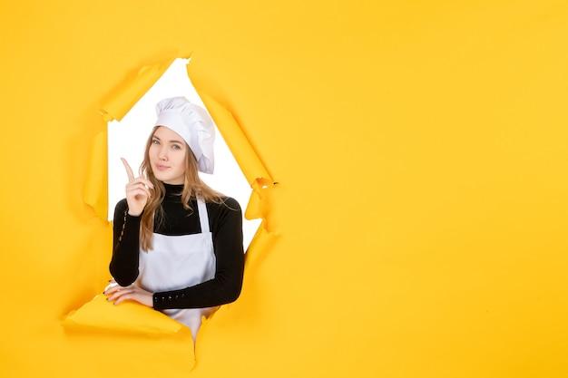 Vooraanzicht vrouwelijke kok op gele kleur zon foto keuken emotie eten baan