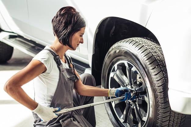 Vooraanzicht vrouwelijke monteur werknemer