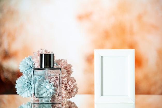 Vooraanzicht vrouwelijke parfum kleine witte fotolijst bloemen op beige wazige achtergrond kopie plaats