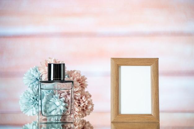 Vooraanzicht vrouwelijke parfum lichtbruine fotolijst bloemen op beige onscherpe achtergrond