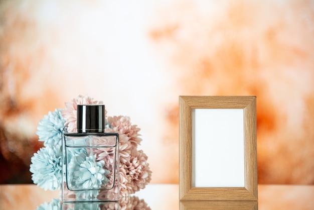 Vooraanzicht vrouwelijke parfum lichtbruine fotolijst bloemen op lichtbeige achtergrond
