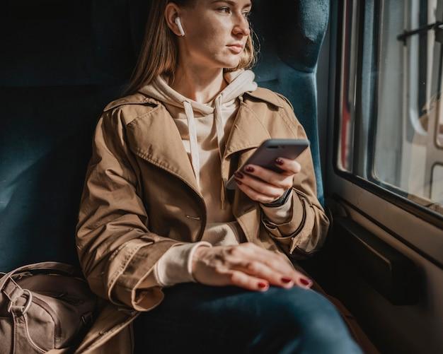 Vooraanzicht vrouwelijke passagier luisteren naar muziek