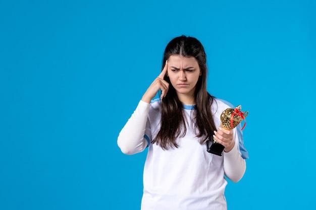 Vooraanzicht vrouwelijke speler met kop