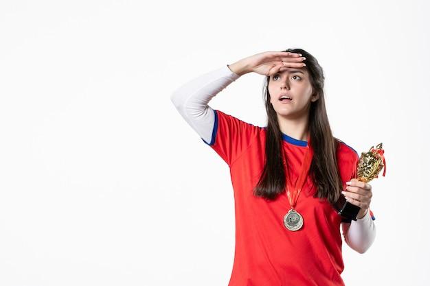 Vooraanzicht vrouwelijke speler met medaille en gouden beker