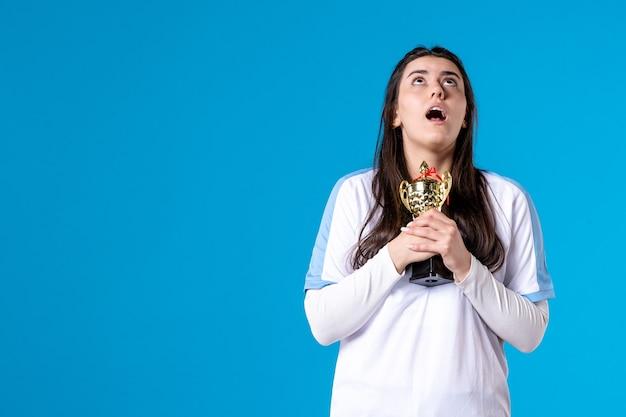 Vooraanzicht vrouwelijke speler met trofee