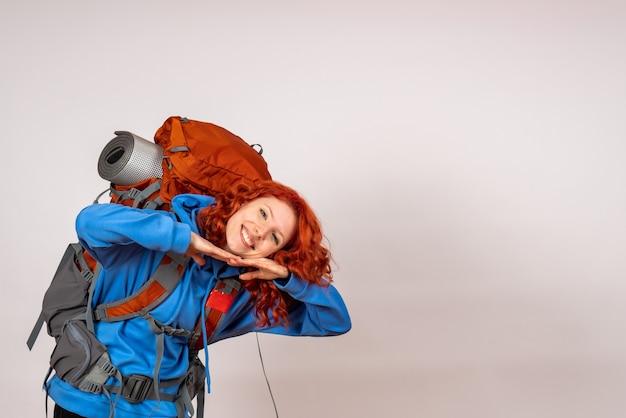 Vooraanzicht vrouwelijke toerist die in bergreis gaat