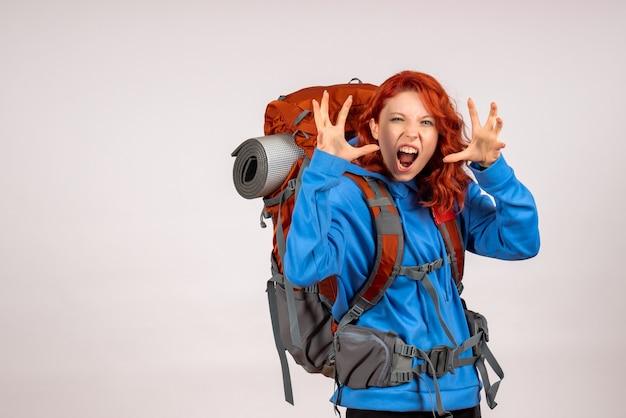 Vooraanzicht vrouwelijke toerist die in bergreis met rugzak gaat