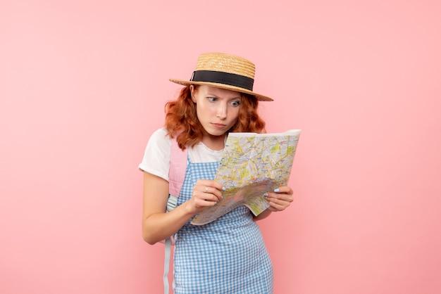 Vooraanzicht vrouwelijke toerist die kaart onderzoekt die richting in vreemde stad probeert te vinden