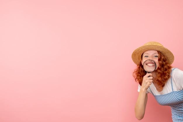 Vooraanzicht vrouwelijke toerist die met meer magnifier rondloopt