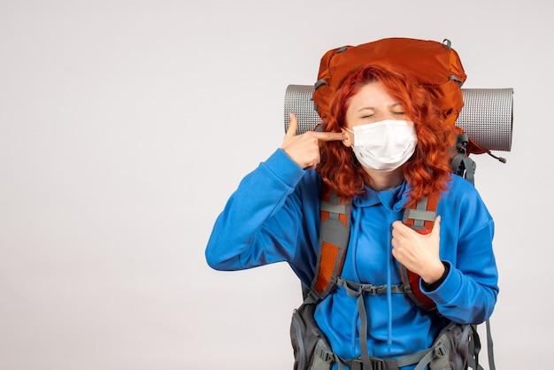 Vooraanzicht vrouwelijke toerist in masker met rugzak