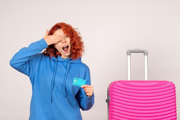 Vooraanzicht vrouwelijke toerist met bankkaart en roze tas