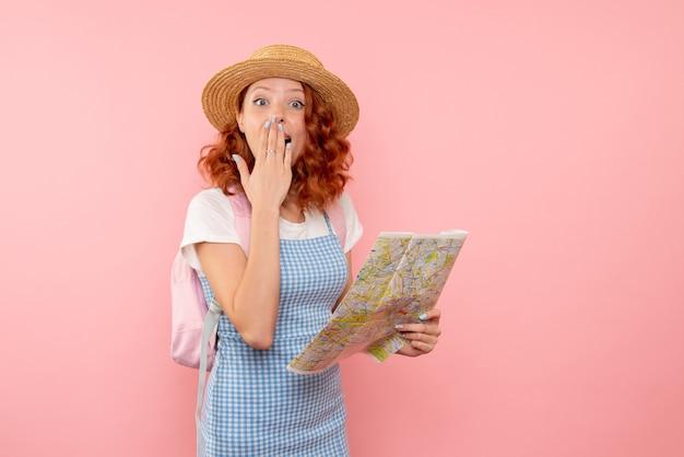 Vooraanzicht vrouwelijke toerist met kaart die richting in het buitenland probeert te vinden
