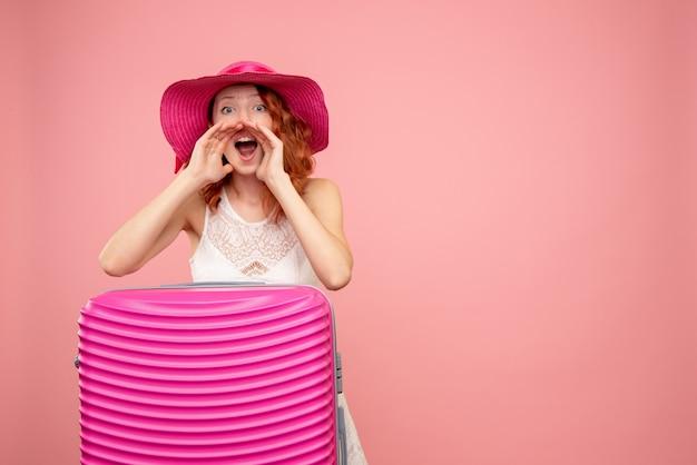 Vooraanzicht vrouwelijke toerist met roze tas bellen