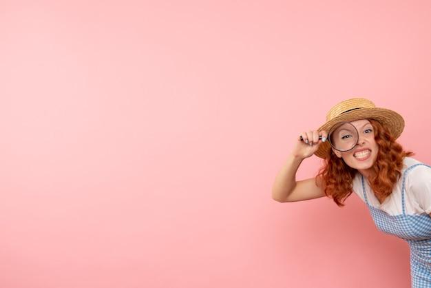 Vooraanzicht vrouwelijke toerist met vergrootglas