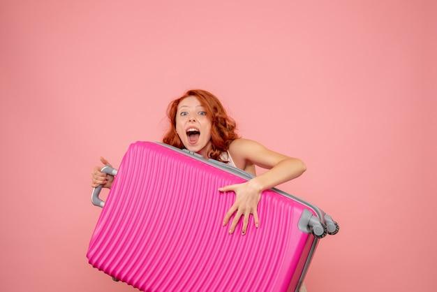 Vooraanzicht vrouwelijke toerist roze draagtas