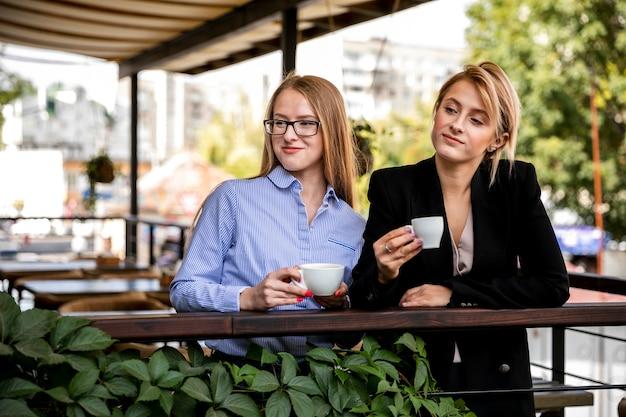 Vooraanzicht vrouwen in koffiepauze