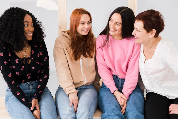 Vooraanzicht vrouwen met elkaar praten