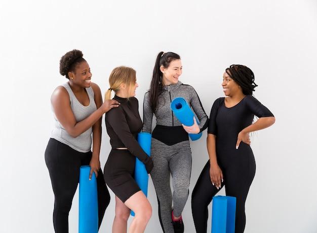 Vooraanzicht vrouwen met mat