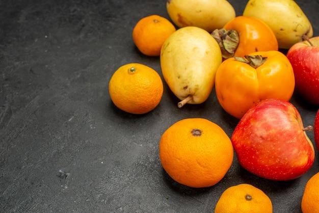 Vooraanzicht vruchten samenstelling verse peren mandarijnen en appels op een grijze achtergrond smaak fruit vitamine kleur foto appelboom