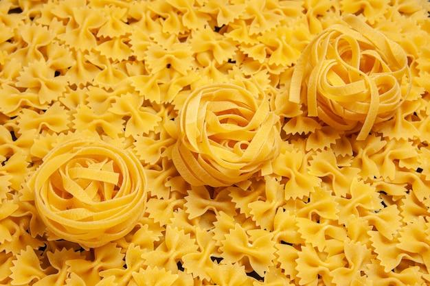 Vooraanzicht weinig rauw pastadeeg maaltijd kleurenfoto italiaanse pasta veel