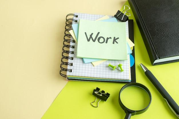 Vooraanzicht werk geschreven nota over stickers op geelgroen oppervlak college baan kantoor voorbeeldenboek kleur school zakelijk geld salaris foto