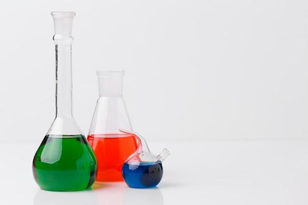 Vooraanzicht wetenschappelijke elementen met chemicaliënregeling met kopie ruimte