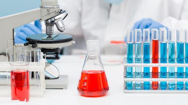 Vooraanzicht wetenschapper die met chemische stoffen werkt