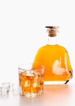 Vooraanzicht whiskyfles met glas