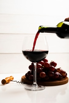 Vooraanzicht wijn gegoten in een glas