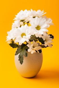 Vooraanzicht witte bloemen in vaas