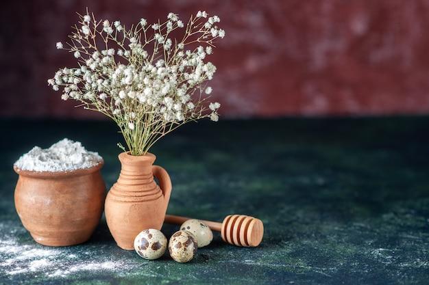 Vooraanzicht witte bloemen met kwarteleitjes en bloem op donkere achtergrond schoonheid boomtak kleuren foto natuur voedsel vogel