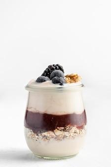 Vooraanzicht yoghurt met jam, haver en bessen