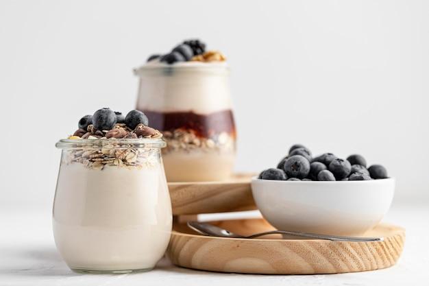 Vooraanzicht yoghurtmix met bosbessen, jam en haver