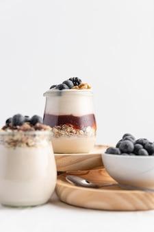 Vooraanzicht yoghurtmix met fruit, jam en haver