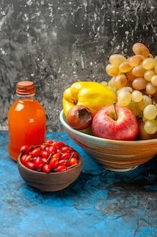 Vooraanzicht zacht fruit kweepeer appel en druiven binnen plaat op de blauwe achtergrond dieet vitamine foto smakelijke kleur