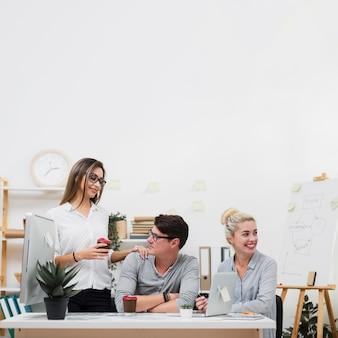 Vooraanzicht zakelijke partners zitten aan een bureau