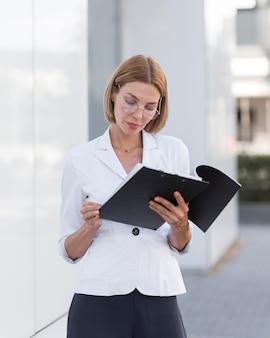 Vooraanzicht zakenvrouw bril dragen
