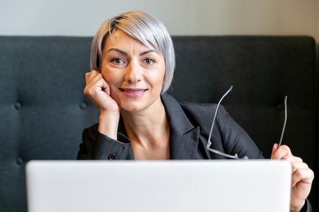 Vooraanzicht zakenvrouw camera kijken