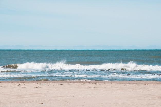 Vooraanzicht zee golven raken de kust